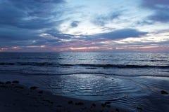 在南佛罗里达海滩的桃红色日出 图库摄影
