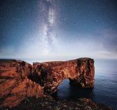 在南冰岛的海角Dyrholaey 高度120 m和有门开头的卑鄙小山海岛 充满活力的夜空与 库存图片