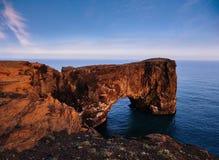 在南冰岛的海角Dyrholaey 高度120 m和有门开头的卑鄙小山海岛 免版税库存照片