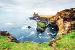 在南冰岛的海角Dyrholaey 高度120 m和有门开头的卑鄙小山海岛 免版税库存图片