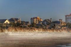 在南卡罗来纳一起紧贴的海滩前的家 免版税图库摄影