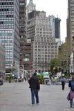 在南大街海口正方形附近的人步行 免版税库存照片