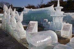 在南山谷韩屋村的冰雕刻在冬天2013年 免版税库存图片