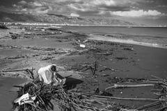 在南意大利污染的海滩 免版税库存图片