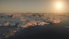 在南极基地的空中飞行 日落视图 股票录像