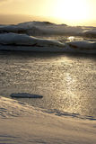 在南极晚上的海岛的之间冰冷的海峡。 免版税库存图片