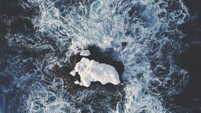 在南极洲海洋中的孤立雪岩石 空中射击 股票录像