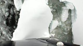 在南极洲的海洋冰砍运动从船弓的破冰船视图  股票录像