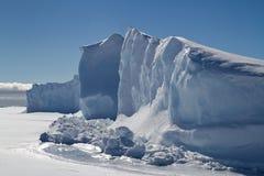 在南极洲的冰结冰的冰山墙壁  免版税库存图片