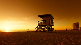在南海滩在日出期间,迈阿密的救生员小屋 影视素材