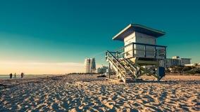 在南海滩在日出期间,迈阿密的救生员小屋 股票录像