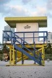 在南海滩的五颜六色的救生员塔 库存图片