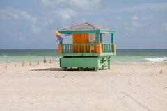 在南海滩的五颜六色的救生员塔 免版税库存照片