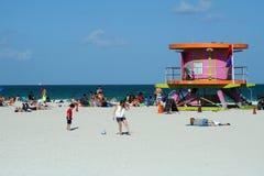 在南海滩的桃红色救生员立场在迈阿密 免版税库存图片