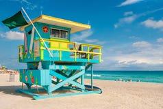 在南海滩,迈阿密海滩,佛罗里达的五颜六色的救生员塔 库存照片