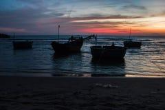 在南海的海岸的五颜六色的日落 免版税库存照片
