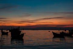 在南海的海岸的五颜六色的日落 库存图片