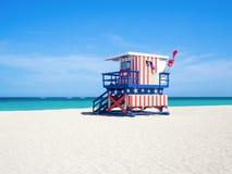 在南海滩的著名救护设备小屋在迈阿密 图库摄影