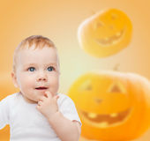 在南瓜背景的微笑的婴孩 库存图片