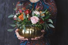 在南瓜花瓶的秋天百花香 花的装饰 库存照片