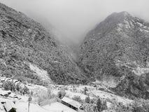 在南的安纳布尔纳峰的冬天,从卡尔帕娜的激动人心的景色 免版税库存图片