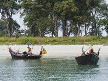 在南缅甸的两条小船 免版税库存照片
