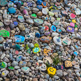 在南萨斯喀彻温省河的河岸的被绘的小卵石 图库摄影
