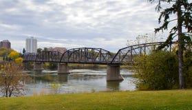 在南萨斯喀彻温省河的维多利亚桥梁 库存图片