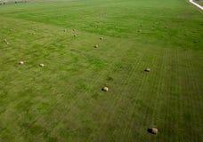 在南达科他农业的干草捆领域航拍  免版税库存照片