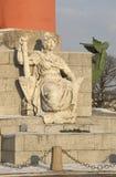 在南部的有船嘴装饰的专栏的脚的雕塑在冬天 圣彼德堡 库存照片