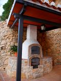 在南部的西班牙地区的最美好的`白色`村庄的米哈斯一在街道的烤箱上添面包称安达卢西亚的 免版税库存照片