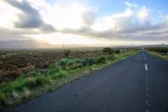 在南部非洲的干旱台地高原的一条路 免版税图库摄影