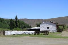 在南部非洲的干旱台地高原农场的老木无盖货车 免版税库存图片