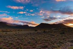 在南部非洲的干旱台地高原国家公园,南非的庄严风景 风景桌山、峡谷和峭壁在日落 冒险和explo 图库摄影