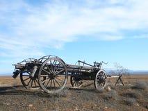 在南部非洲的干旱台地高原的老马推车 库存照片