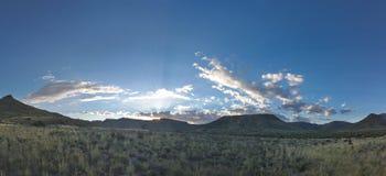 在南部非洲的干旱台地高原NP的日落 免版税库存照片