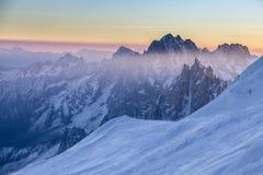 在南针峰岩石峰顶的全景日出的 库存照片