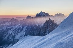 在南针峰岩石峰顶的全景日出的 免版税库存照片