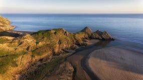 在南Gower,斯旺西的坚固性三峭壁海湾 免版税库存照片
