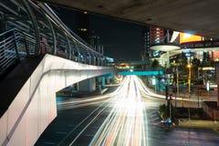 在南sathorn路的交通在晚上 库存图片