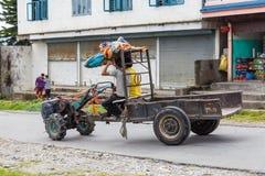 在博克拉街道上的两轮子拖拉机  库存照片