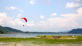 在博克拉,尼泊尔的滑翔伞 免版税库存照片