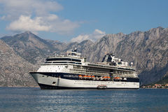 在博卡队Kotorska海湾的大游轮名人星座 黑山 免版税图库摄影