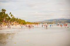 在博拉凯海岛上的拥挤海滩, 库存图片