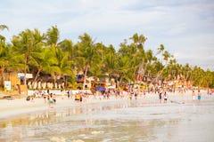 在博拉凯海岛上的拥挤海滩, 库存照片