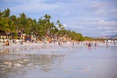 在博拉凯海岛上的拥挤海滩, 免版税库存图片
