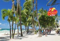 在博拉凯热带海岛上的白色海滩酒吧在菲律宾 库存照片