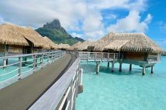 在博拉博拉岛的豪华overwater度假村 库存图片