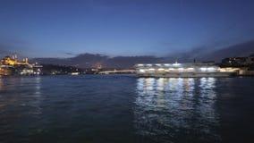 在博斯普鲁斯海峡和旅游船反映的令人惊讶的夜照明,时间间隔 股票视频