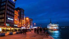 在博斯普鲁斯海峡在晚上,伊斯坦布尔,土耳其的加拉塔码头 免版税库存照片